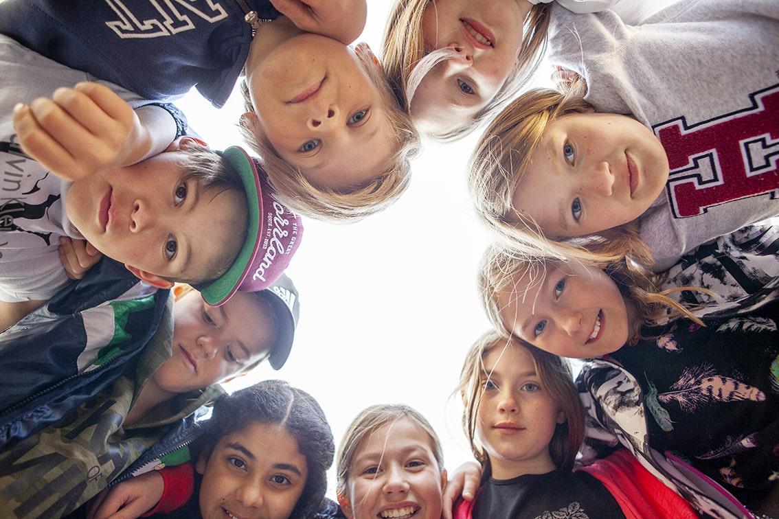 Barn som skall ut på sin första skolresa med hjälp av pengar som de har samlat ihop på egen hand.