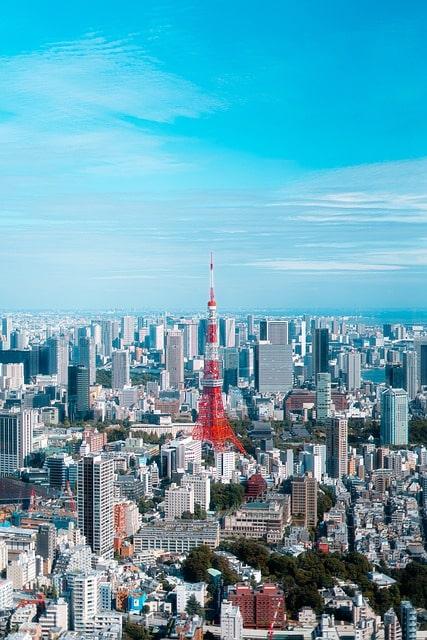 Tokyo Tower med sina karakteristiska orangea och vita färger.