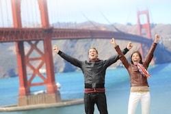 Par jublar framför Golden Gate-bron i San Francisco